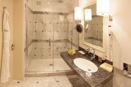 hotel-khreschatyk-guest-room-single_prestige-bathroom-001.jpg