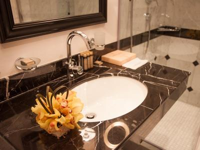 hotel-khreschatyk-guest-room-double_twin_prestige-bathroom-002.jpg
