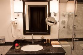 hotel-khreschatyk-guest-room-double_twin_prestige-bathroom-001.jpg
