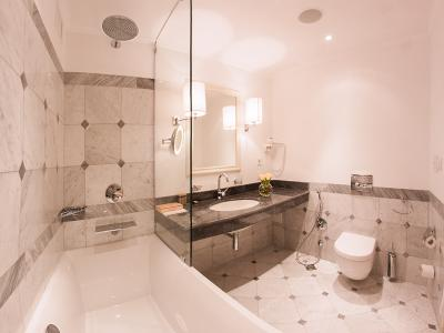 hotel-khreschatyk-guest-room-junior_suite_prestige-bathroom-002.jpg