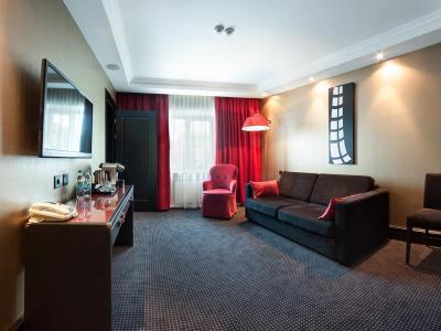 hotel-khreschatyk-guest-room-suite-prestige-001.jpg