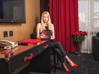 hotel-khreschatyk-guest-room-suite-prestige-004.jpg