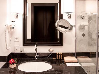 hotel-khreschatyk-guest-room-suite-prestige-005.jpg